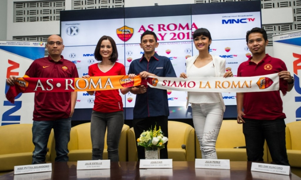 "Julie Estelle Vs Julia Perez demi Francesco Totti ""As Roma"""